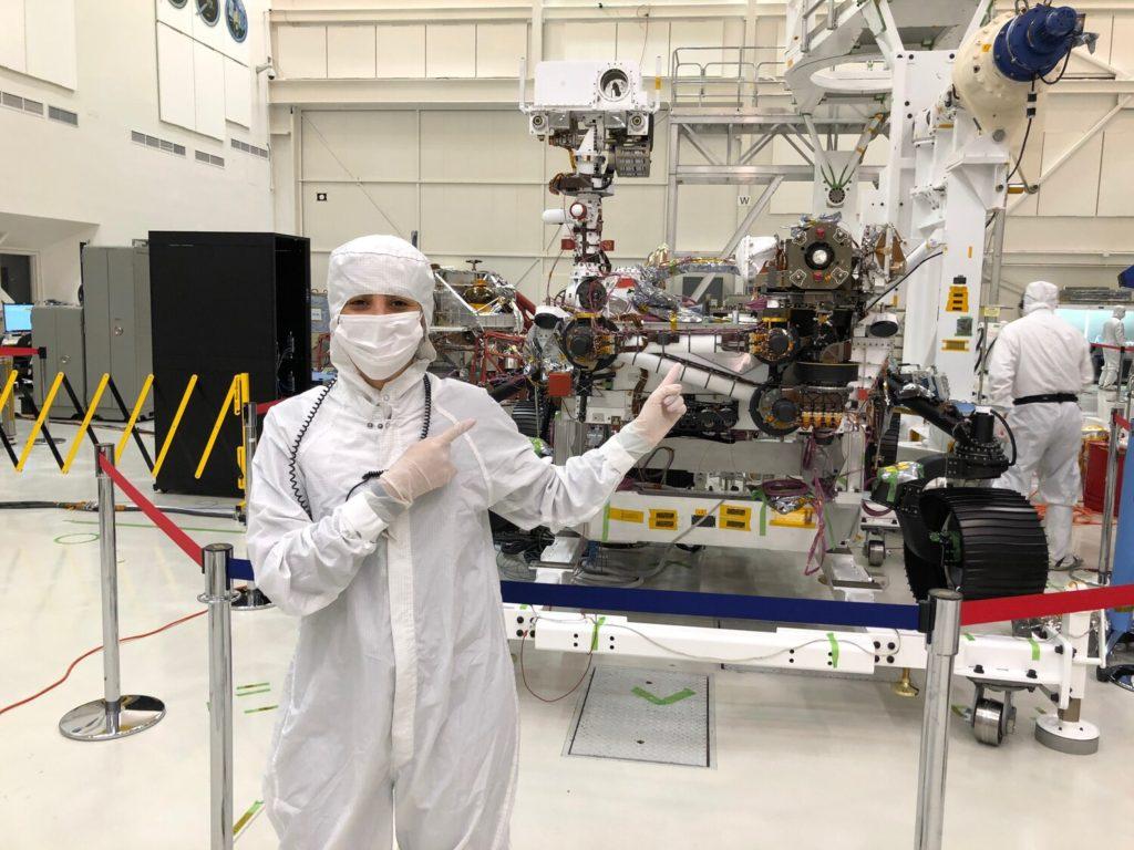 La científica Diana Trujillo con la nave 'Perseverance'. NASA/JPL-Caltech